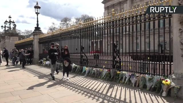 Kwiaty przed Pałacem Buckingham. Brytyjczycy żegnają zmarłego księcia Filipa