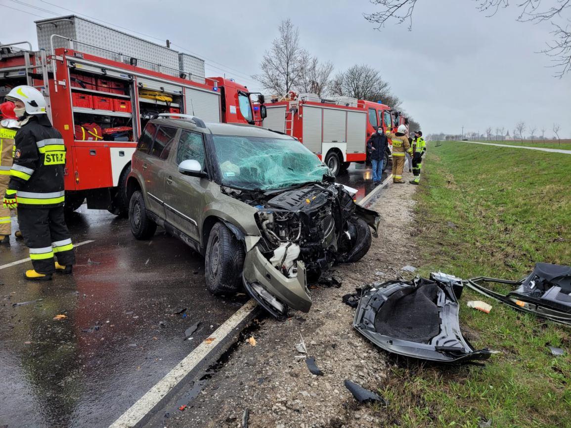 Nieżychowice k/Chojnic samochód osobowy uderzył w drzewo. Droga jest już przejezdna FOTO