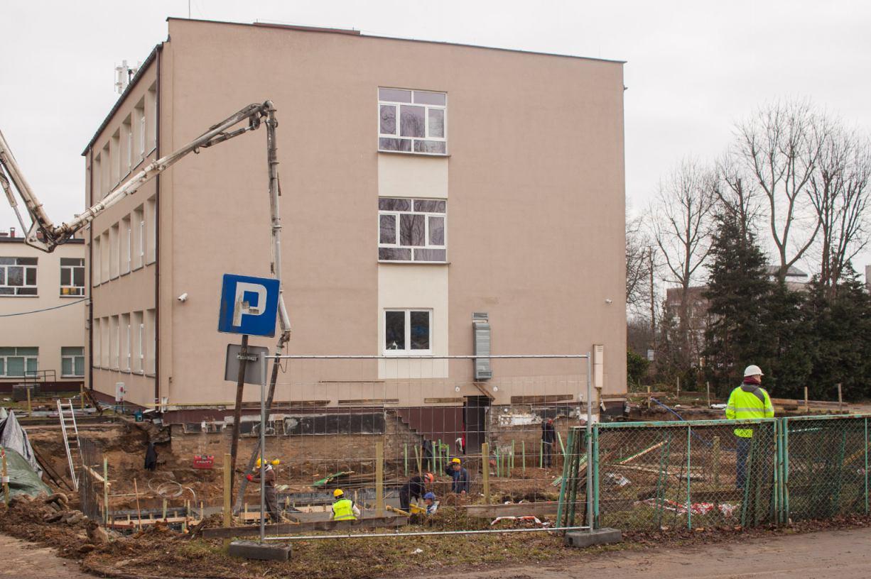 W związku z rozbudową Technikum nr 1 przy ulicy Kościerskiej w Chojnicach wyciętych będzie 37 drzew