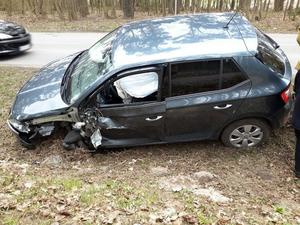 Zderzenie dwóch aut osobowych na drodze 235 miedzy Chojnicami i Klawkowem. Jeden z kierowców trafił do szpitala FOTO