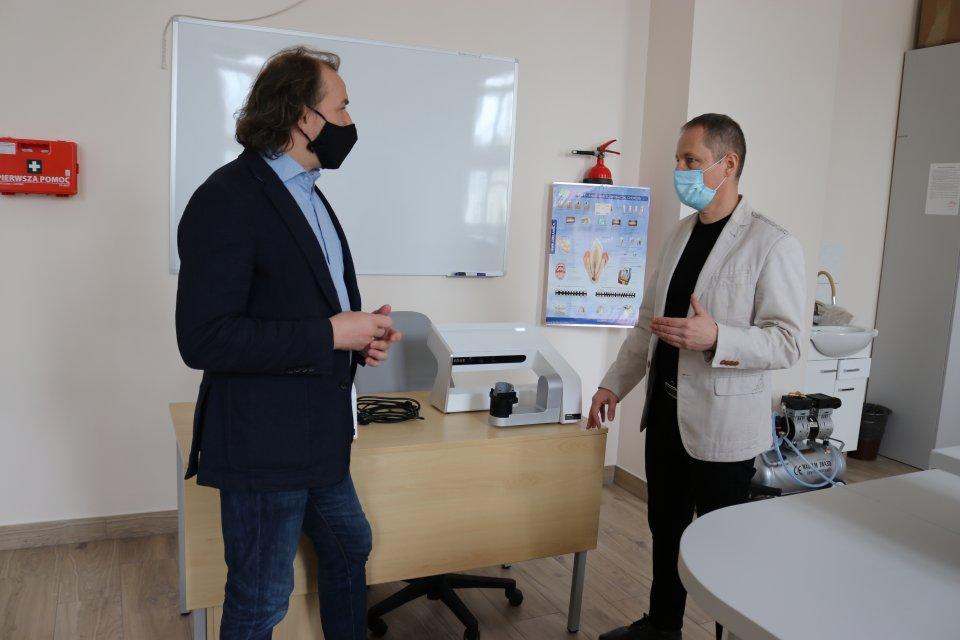Chojnicki Medyk z nowym specjalistycznym sprzętem. To dwa skanery protetyczne 3D
