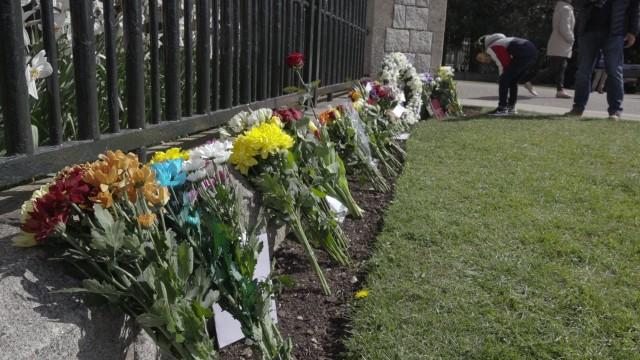 Kwiaty pod zamkiem w Windsorze. Brytyjczycy składają hołd księciu Filipowi przed sobotnim pogrzebem
