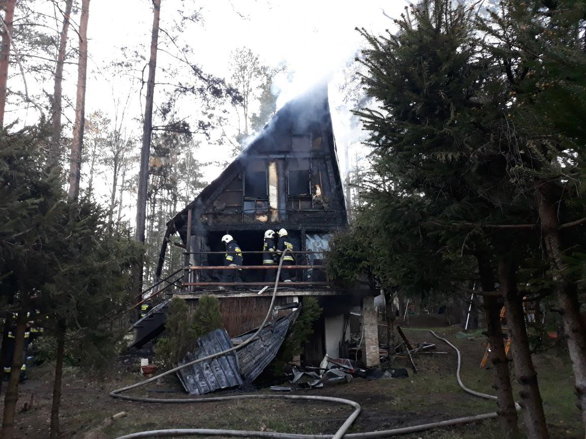 200 tys. zł strat po pożarze w Nowym Karpnie. Drewniany domek letniskowy uległ całkowitemu zniszczeniu FOTO
