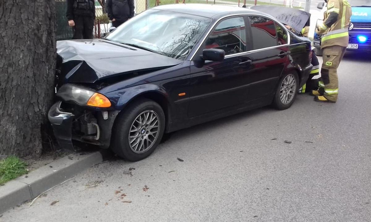 Nietrzeźwy kierowca bmw zakończył jazdę na drzewie. Wypadek na alei Wojska Polskiego w Człuchowie