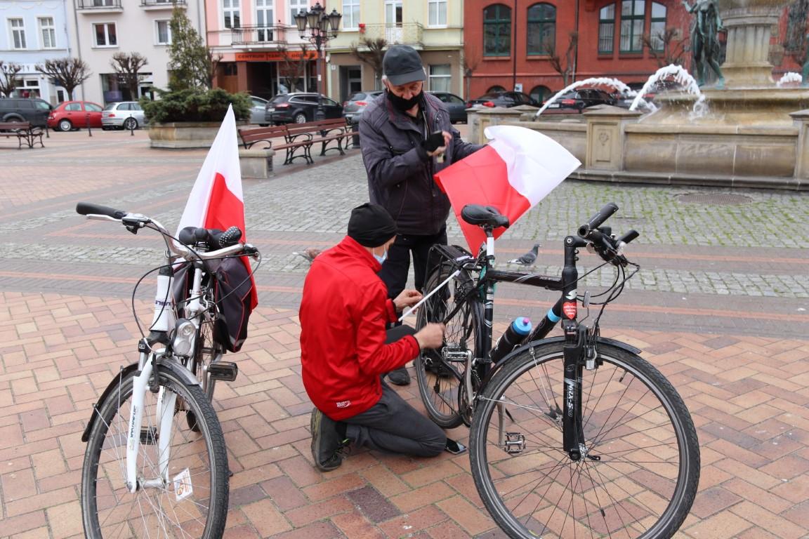 Majówkowe akcenty w Chojnicach biało-czerwony dywan przed ChCK oraz majówka na rowerze FOTO
