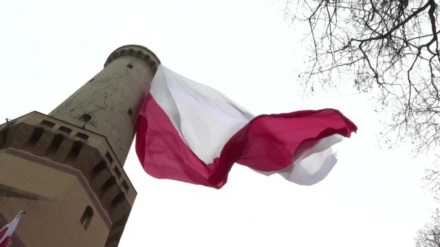 Największa flaga Polski zawisła w Świnoujściu. Ma 640 metrów kwadratowych