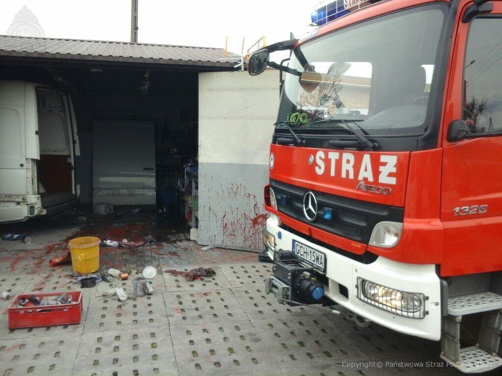 Pożar garażu w Czersku. Poszkodowany 28-latek trafił do szpitala