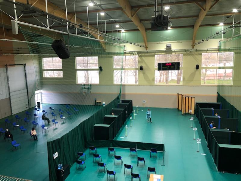Masowe szczepienia ruszyły także w hali Ośrodka Sportu i Rekreacji w Tucholi. Idzie to bardzo płynnie
