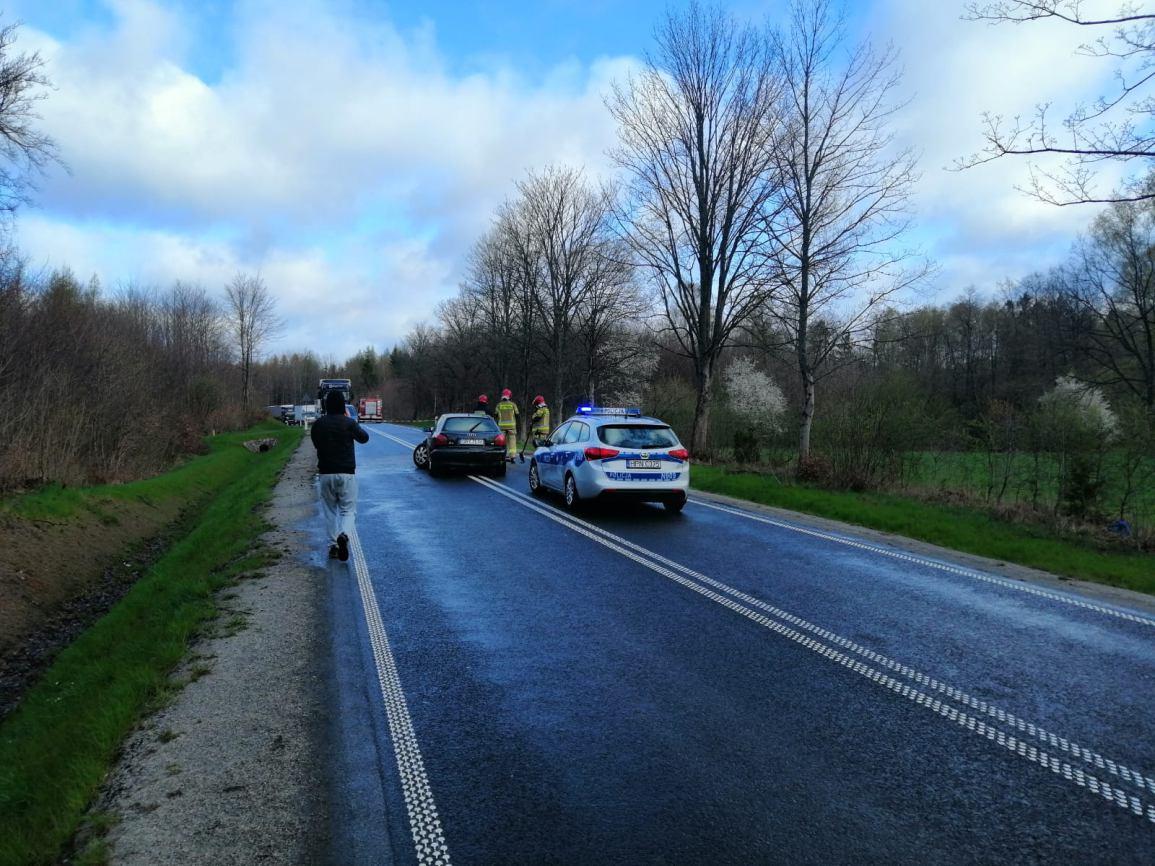 Powiat bytowski samochód uderzył w drzewo. Zdarzenie zakwalifikowano jako kolizję