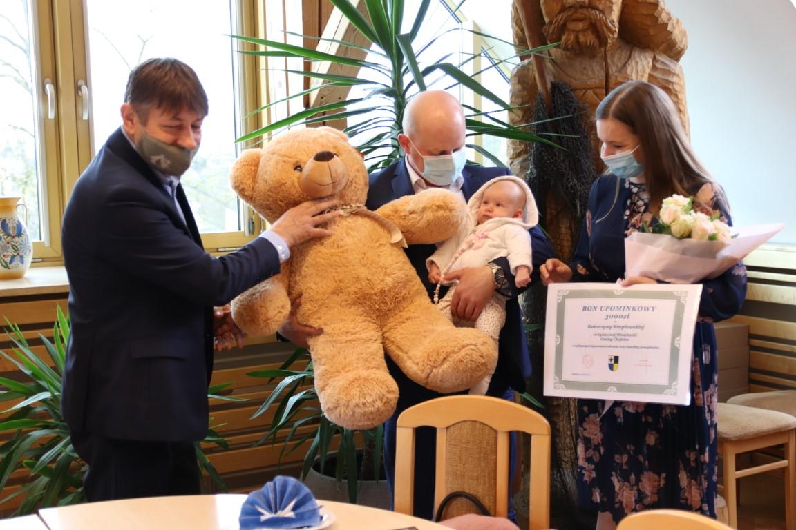 W Urzędzie Gminy Chojnice uroczyście przedstawiono 19-tysięczną mieszkankę. Dziecko ma 3 miesiące