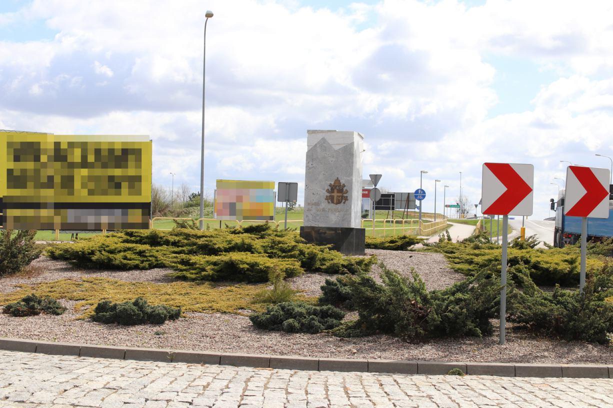 Obelisk na rondzie Jana Pawła II na drodze 240 koło Chojnic już stoi