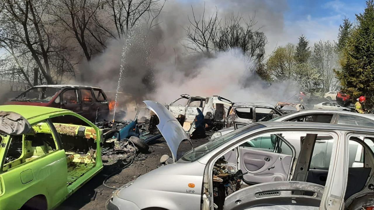 Pożar w punkcie złomowania pojazdów w Nieżychowicach koło Chojnic opanowany