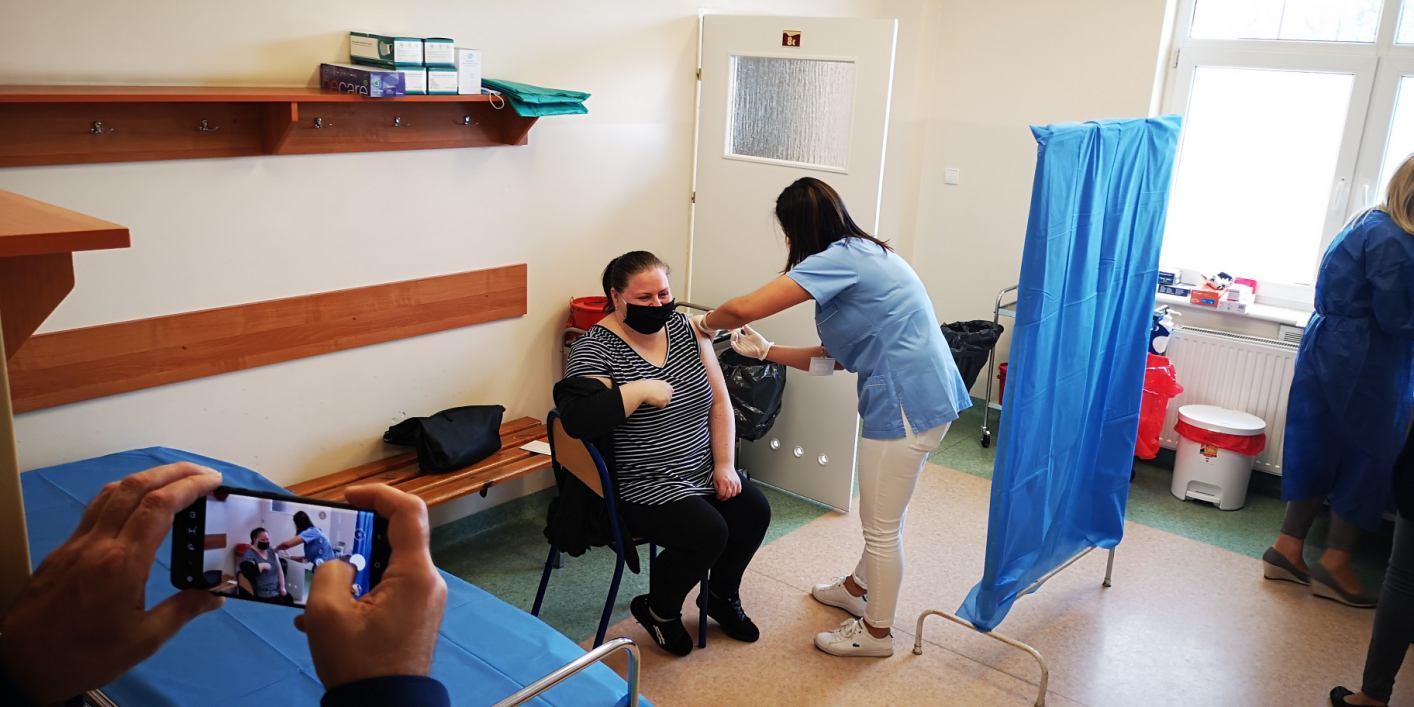 W Bytowie ruszył punkt masowych szczepień. Pierwsi pacjenci są już zaszczepieni FOTO