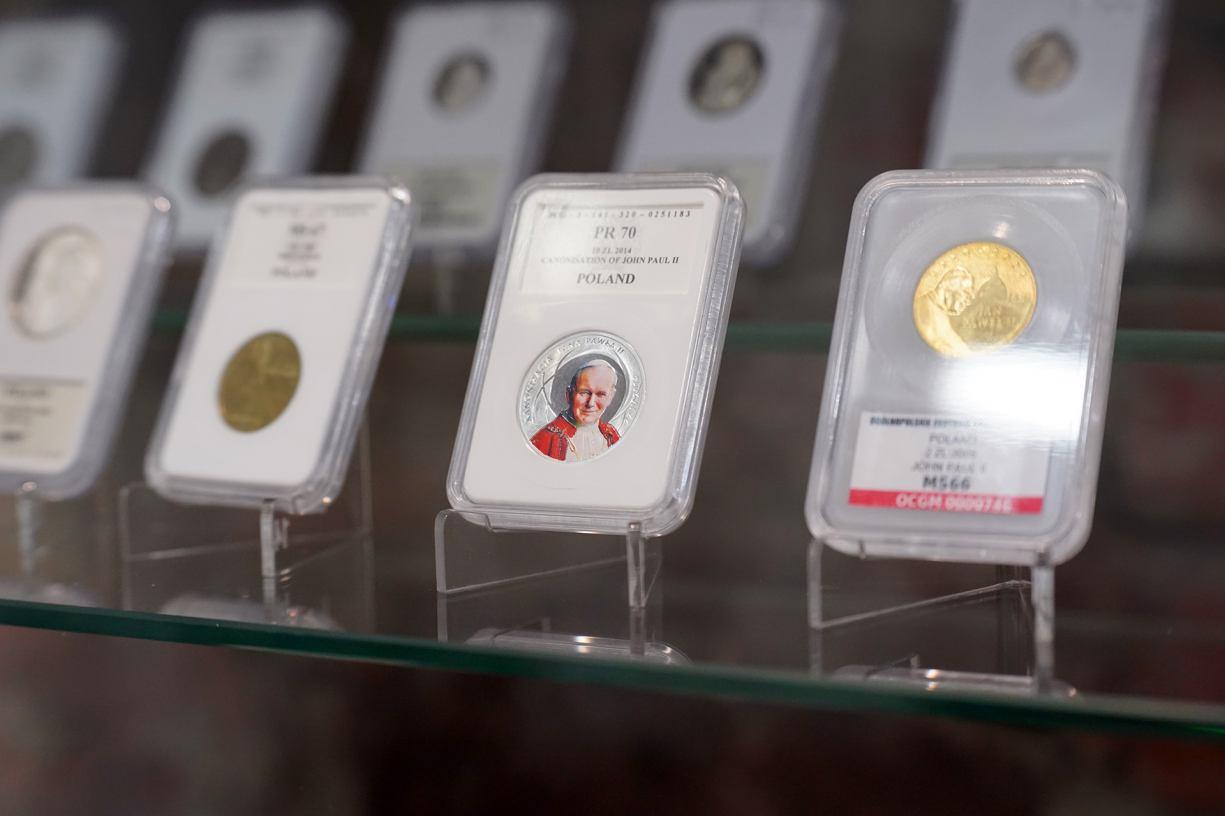 Papież Jan Paweł II na monetach świata. Nowa wystawa czasowa w Muzeum Regionalnym w Człuchowie