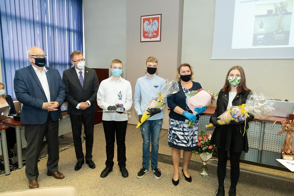 Władze powiatu sępoleńskiego przyznały coroczne nagrody w dziedzinie pomocy osobom potrzebującym i wolontariatu FOTO