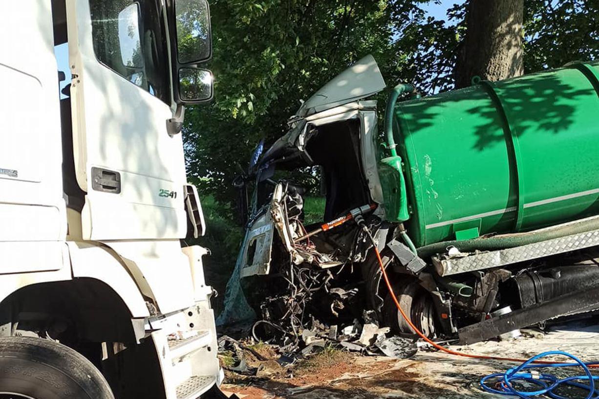 Czołowe zderzenie dwóch ciężarówek w powiecie kościerskim. 43-latek został zakleszczony w pojeździe FOTO