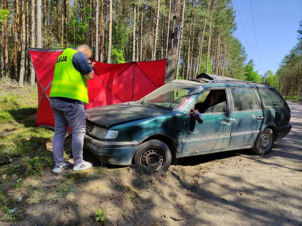 Śmiertelny wypadek na drodze gruntowej. Samochód osobowy uderzył w słup energetyczny