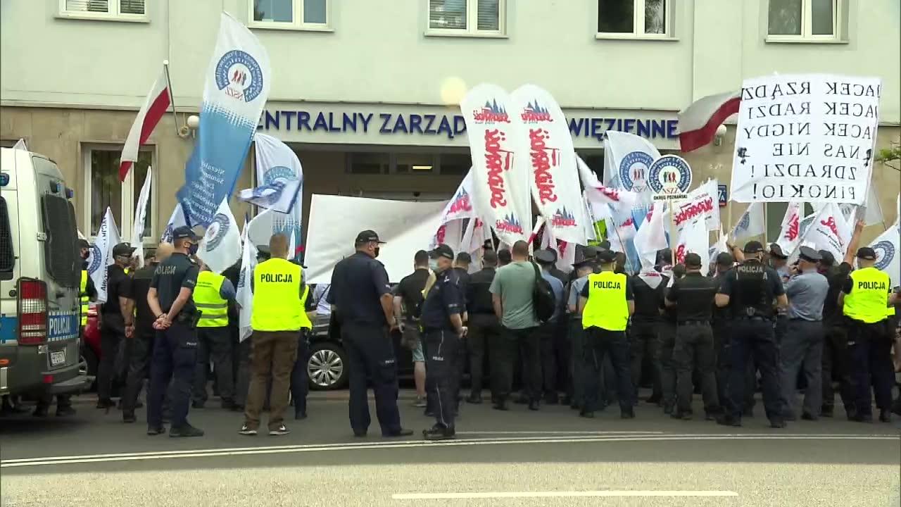 Walczymy o realizację porozumienia. Protest służby więziennej na Rakowieckiej w Warszawie
