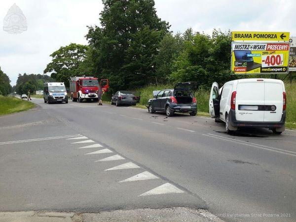Kolizja trzech aut osobowych na drodze nr 235 w pobliżu Klawkowa. Nie ma poszkodowanych