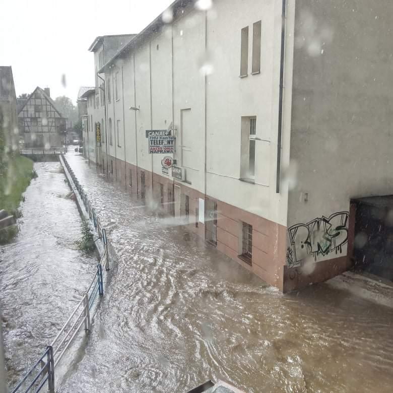 Bytów znowu zalany. Potoki wody na ulicach miasta po ulewnym deszczu