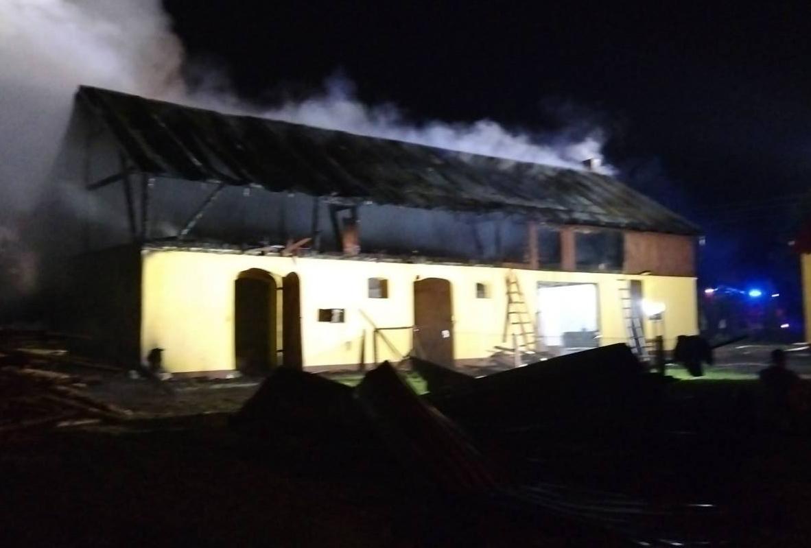 Nocny pożar zabudowań gospodarczych w Bielsku w gminie Koczała. Duże straty