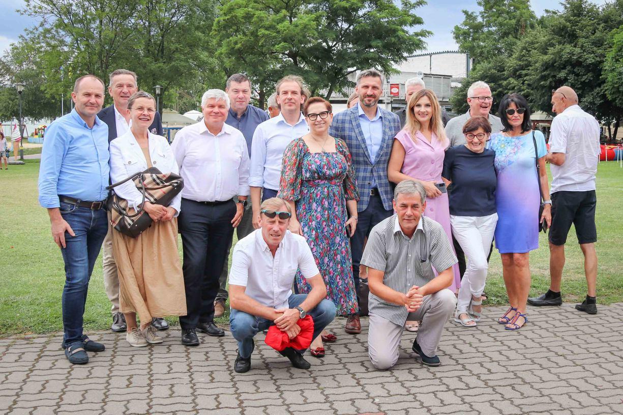 Donald Tusk w Gdańsku, a posłowie w terenie. Politycy Platformy Obywatelskiej pytali o Polskę w Charzykowach