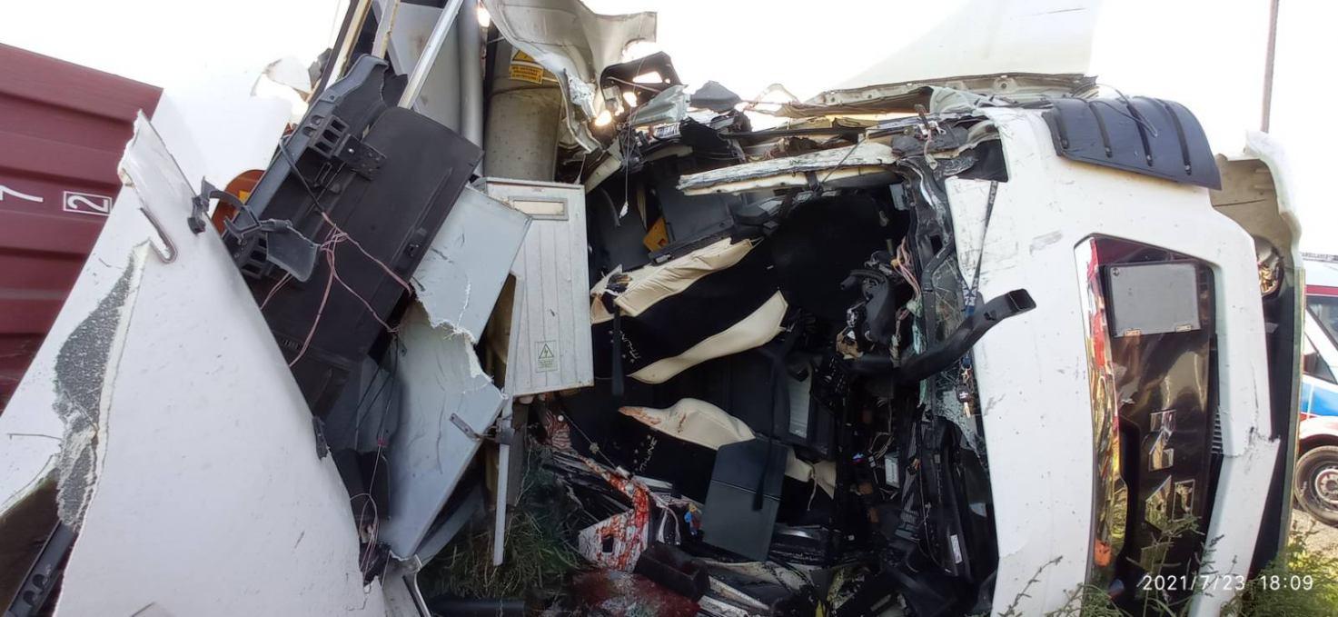 Ciężarówka najechała na słup energetyczny w Jaromierzu, koło Człuchowa. Kierowca trafił do szpitala