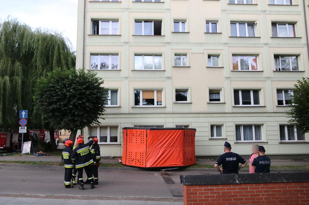 Kryzysowa sytuacja rodzinna w Człuchowie. 26-latek z dwumiesięcznym dzieckiem na rękach stał przy oknie na trzecim piętrze FOTO