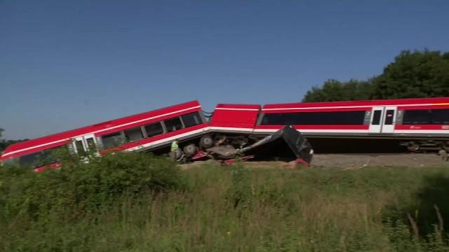 Pociąg relacji Berlin-Szczecin wykoleił się w Kołbaskowie. Uderzył w ciężarówkę, która wjechała na przejazd na czerwonym świetle