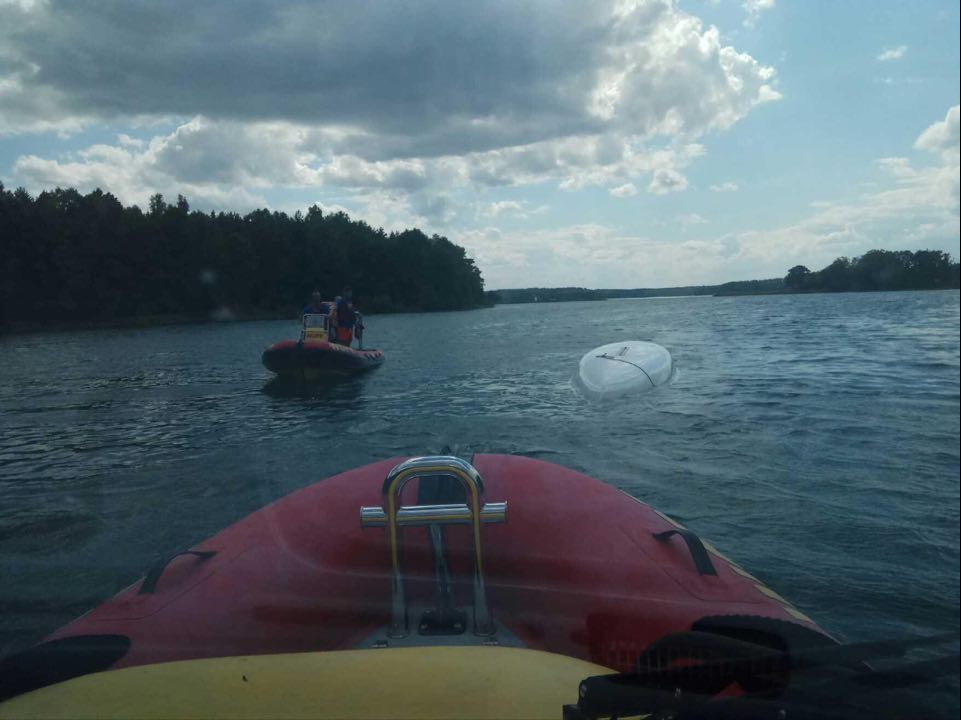 O krok od tragedii na Jeziorze Wdzydzkim. 68-latek wpadł do wody po tym, jak przewrócił się jego jacht