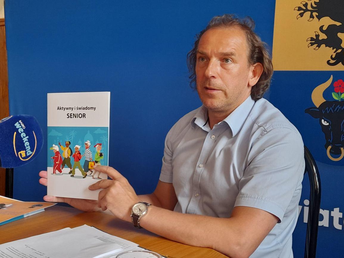 Seniorzy z powiatu chojnickiego mogą się zgłaszać po książeczkę z poradami prawnymi i przestrogami