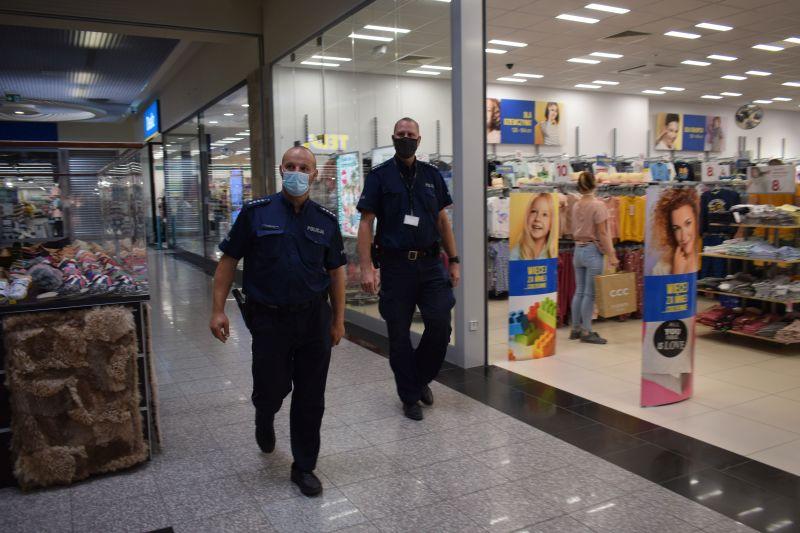 Coraz więcej ludzi bez maseczek w sklepach, urzędach i środkach komunikacji. Policja apeluje o stosowanie się do przepisów