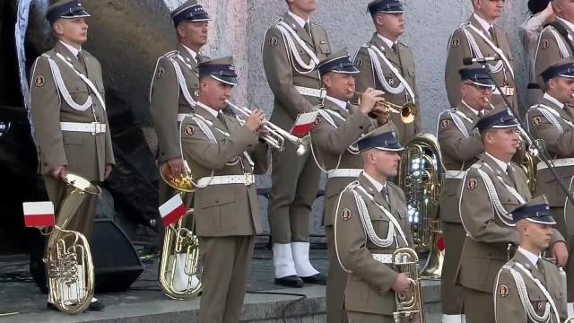 Prezydenci Duda i Trzaskowski przemawiali przed Pomnikiem Powstania Warszawskiego w przeddzień jego 77. rocznicy