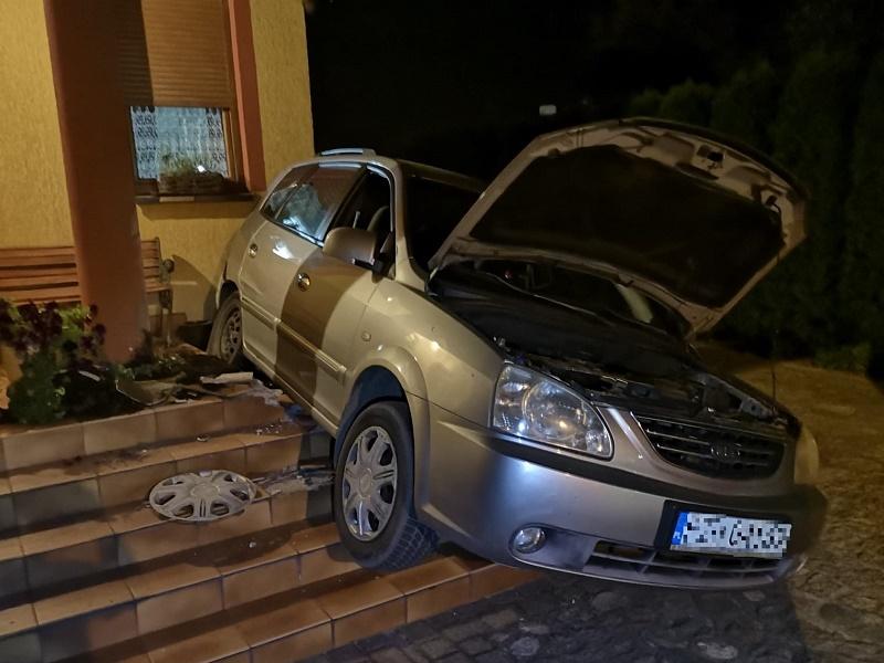 Pijany kierowca zdemolował bramę i schody na prywatnej posesji w Debrznie