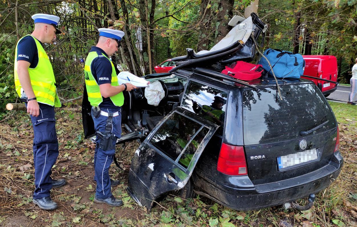Samochód uderzył w drzewo, trzy osoby zostały ranne. 17-latek jest w ciężkim stanie