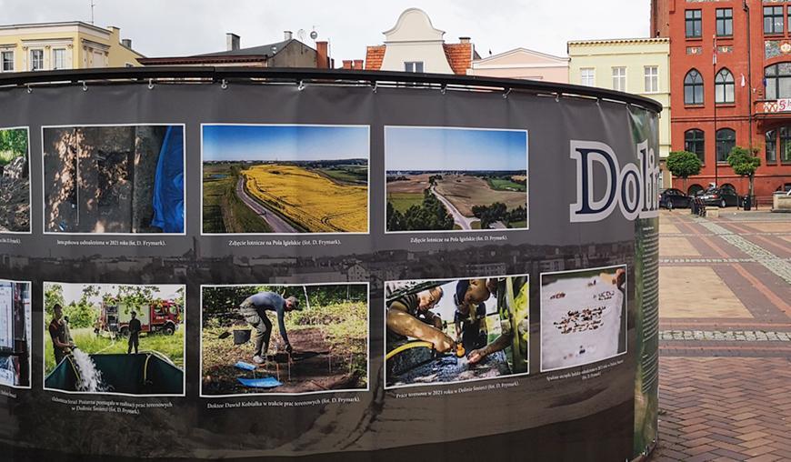 Na chojnickim rynku można oglądać fotografie obrazujące przebieg prac archeologicznych w Dolinie Śmierci