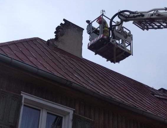 Piorun uderzył w budynek wielorodzinny w Wierzchowie-Dworcu, w gminie Człuchów FOTO