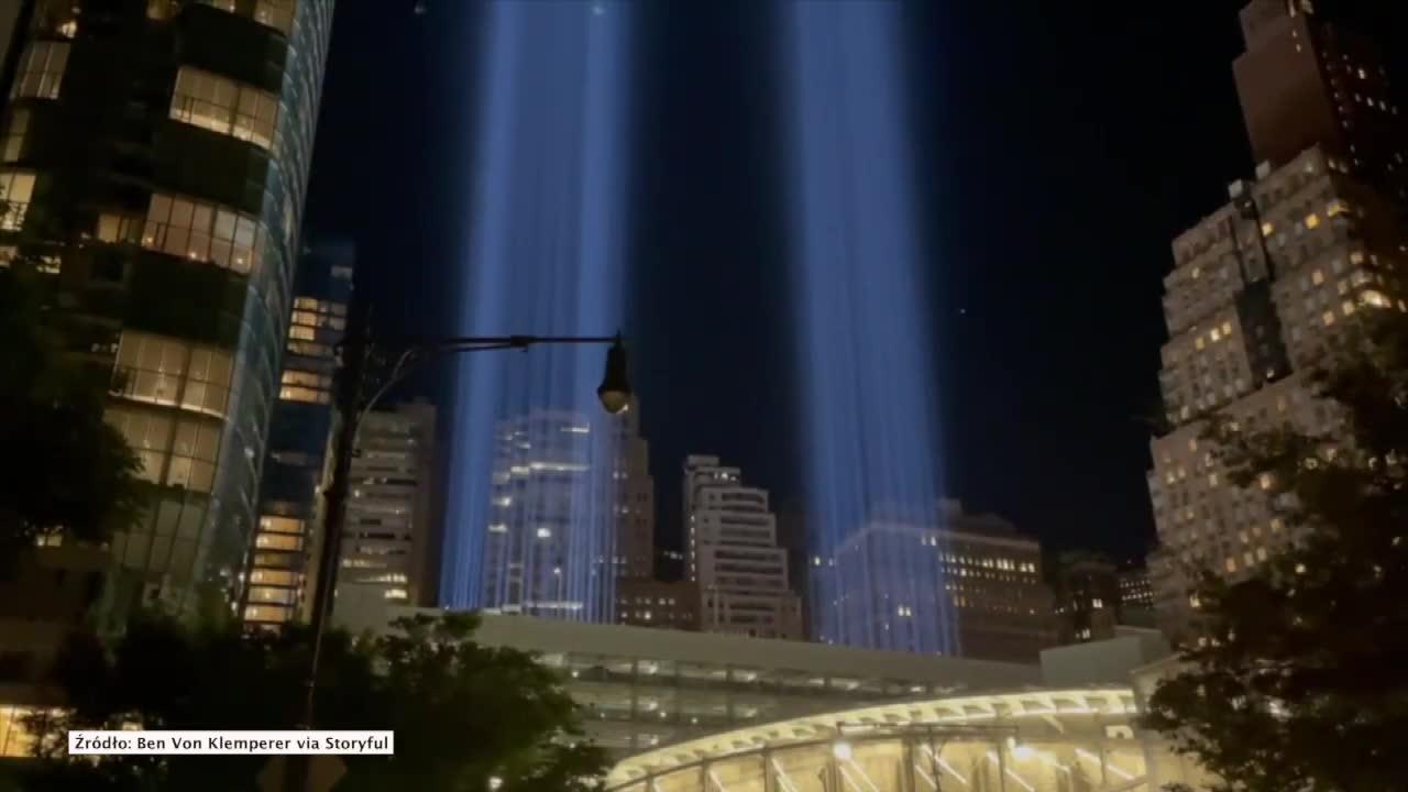 Dwa słupy światła w miejscu wież World Trade Center. 20. rocznica ataków z 11 września 2001 roku
