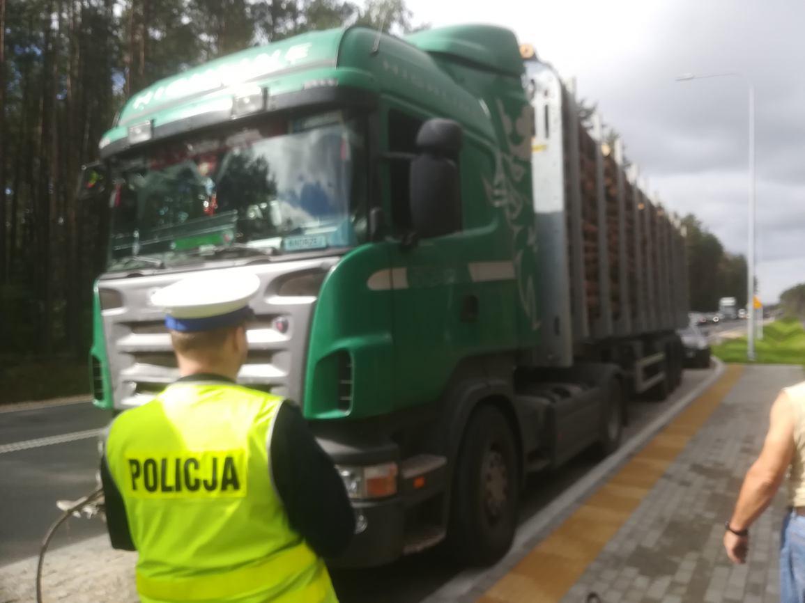 Zderzenie pięciu pojazdów na drodze krajowej nr 20 w powiecie kościerskim. Jedna osoba została ranna