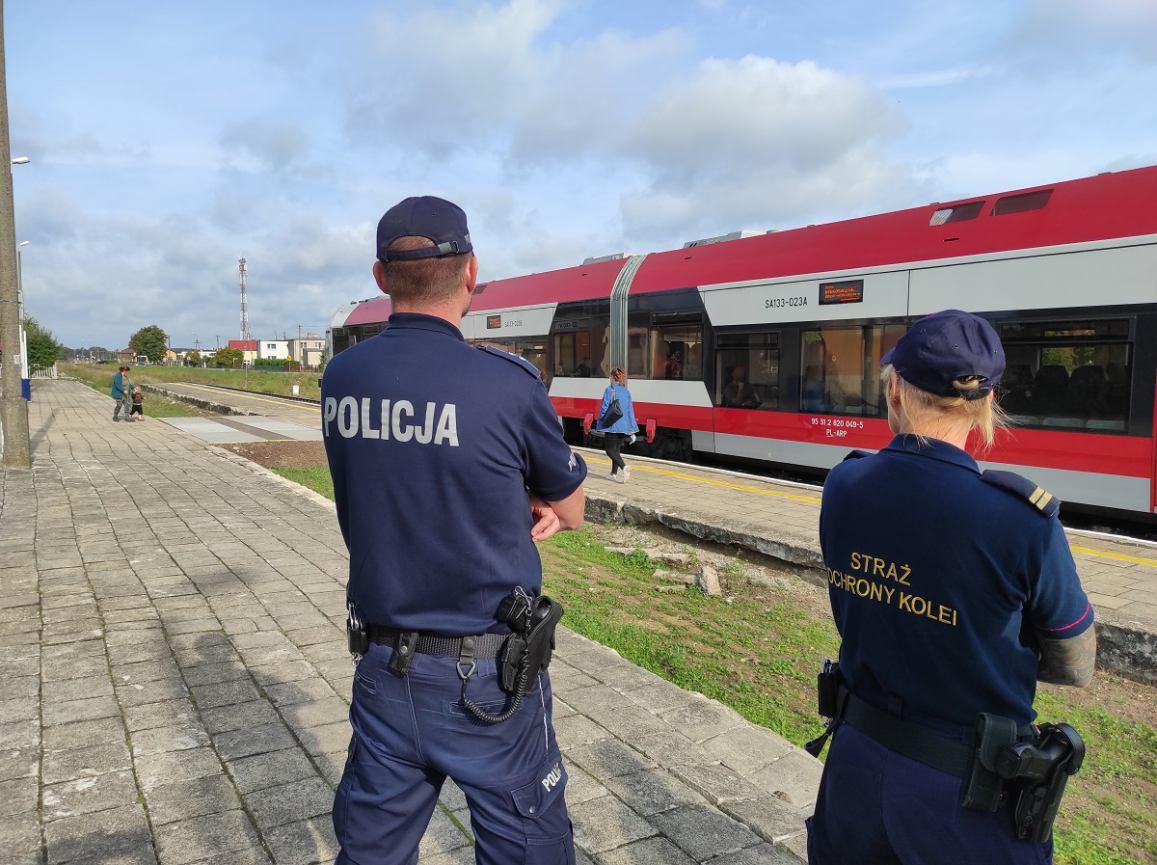 Wspólne patrole policji i Straży Ochrony Kolei. Umundurowani policjanci na dworcach kolejowych na linii Bydgoszcz-Chojnice