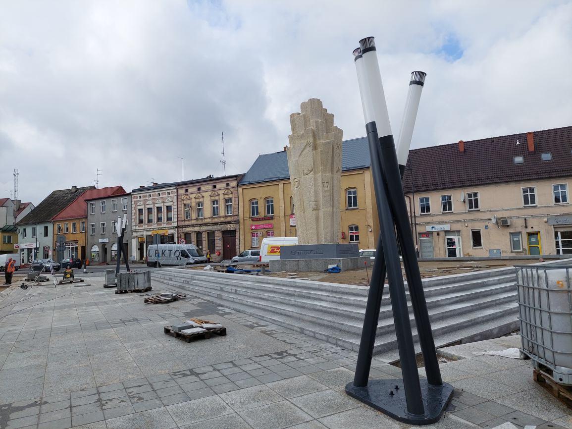 Nowe trójkątne lampy pojawiły się na placu rewitalizacji Sępólna Krajeńskiego. Mieszkańcy pytają, dlaczego akurat takie?