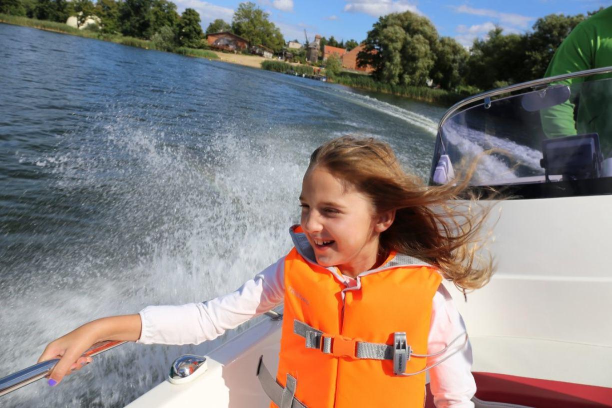 Jakie wybrać sporty wodne na weekend nad jeziorem?