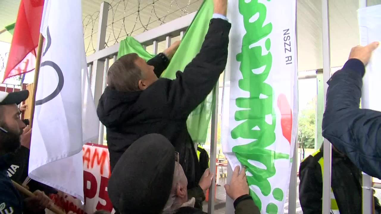 PiS pokazuje, że polską wieś można okradać. Protest rolników przeciwko rosnącym cenom nawozów