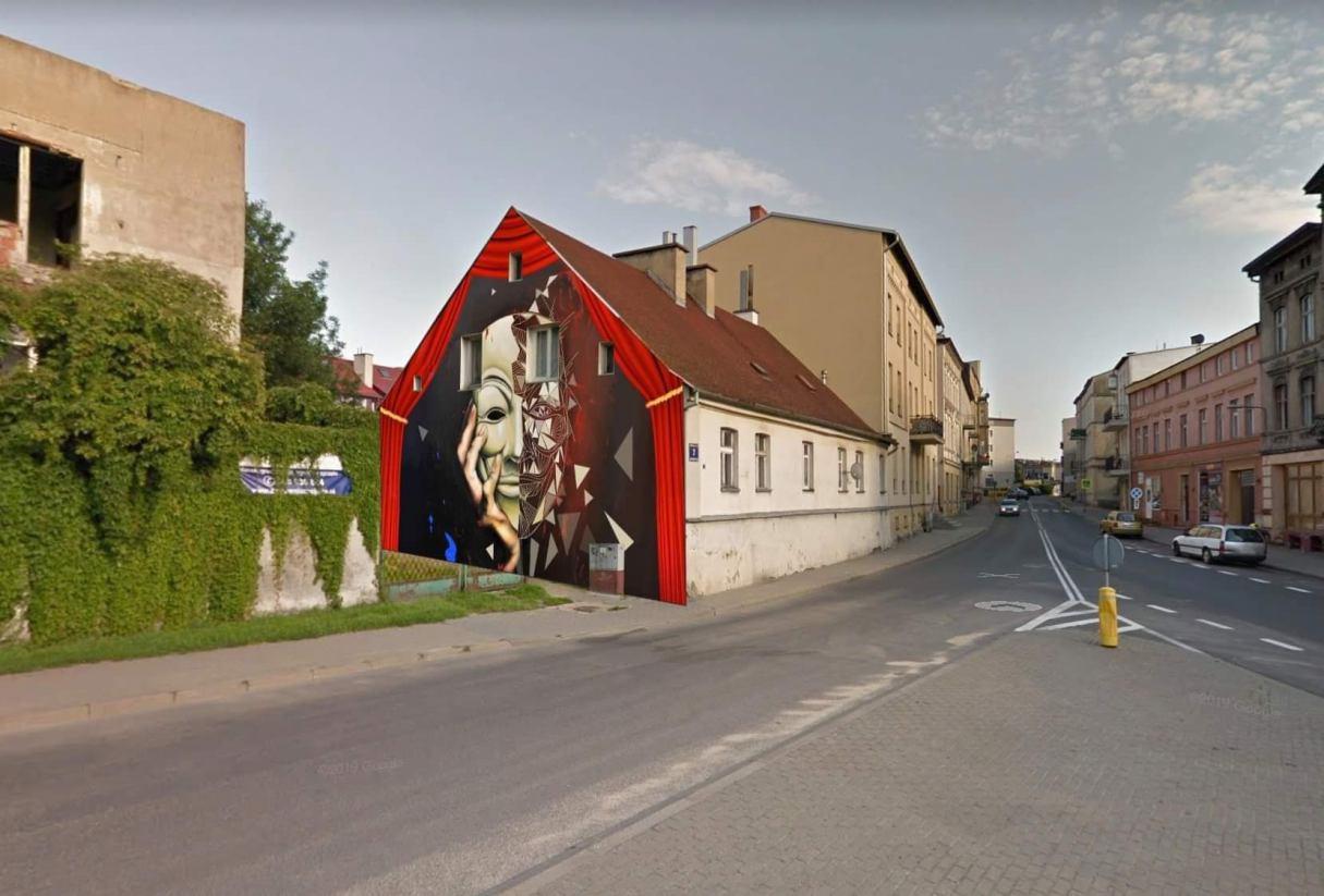 Projekt muralu na kamienicy przy ul. Swarożyca w Chojnicach gotowy. Przedstawia teatralną maskę