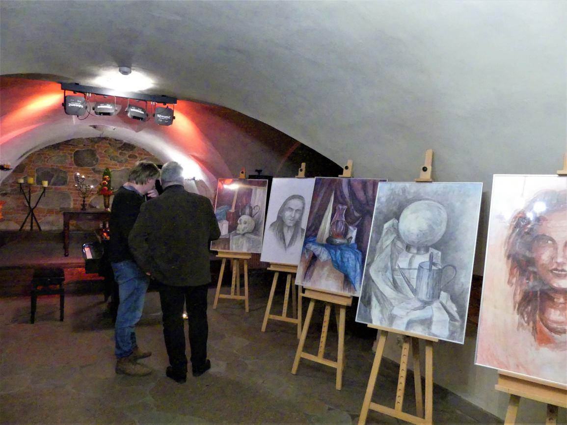 Ołówkiem i akrylem. Wystawa rysunku i malarstwa Michała Leszczyńskiego do obejrzenia w Chojnicach